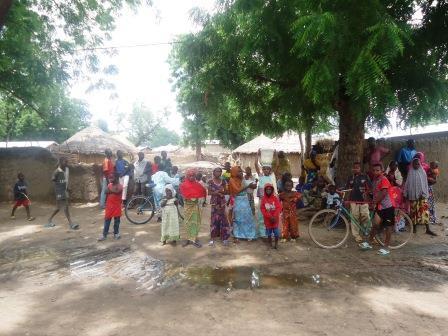 Des enfants de Moulvoudaye dans leur village devant des cases