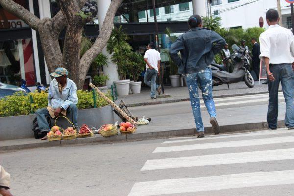 Vendeurs de litchis e de mangues