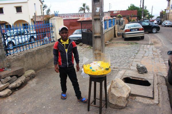 Vendeur de mangues pélées