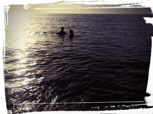 Deux amoureux au milie de la mer