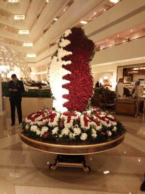 Un drapeau de fleurs pour célébrer le Qatar et les fêtes de fin d'année.