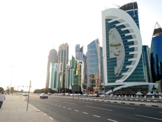 Vue des buildings dans les rues de Doha au Qatar